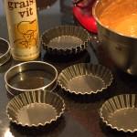 beurrer et fariner des moules à tartelette