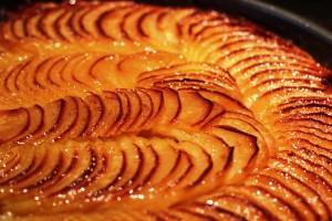 Tarte fine aux pommes sortant du four
