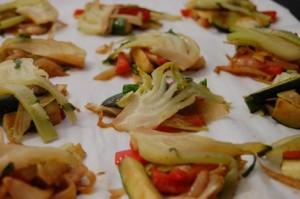 disposer le pak-choï et les légumes sautés