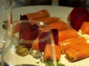 Saumon mariné roulé fondue de poireaux