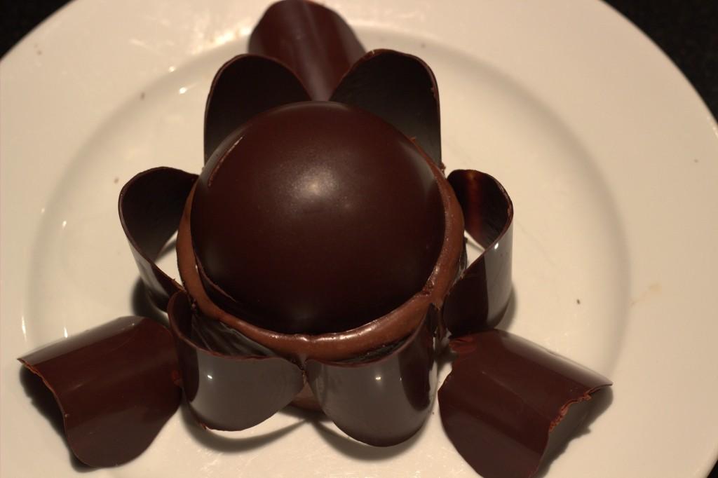 disposez joliment des tuiles ou des copeaux de chocolat