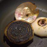 oignons brûlés pour colorer un bouillon